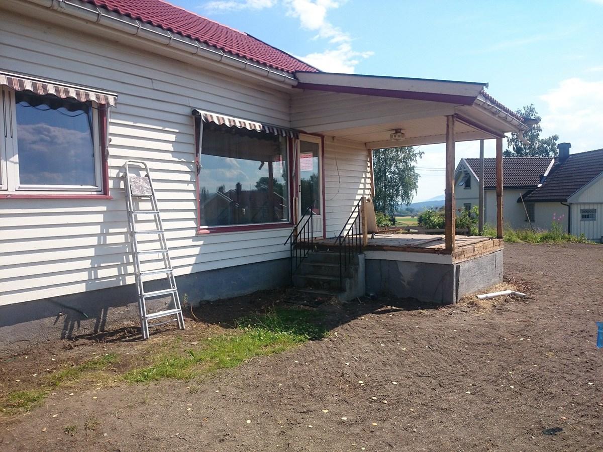 Trenger ide til utforming av terasse til eldre hus. Se bilder ...