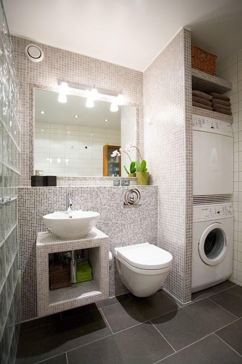 Mosaikkfliser i kombinasjon med små rektangulære fliser på bad ...