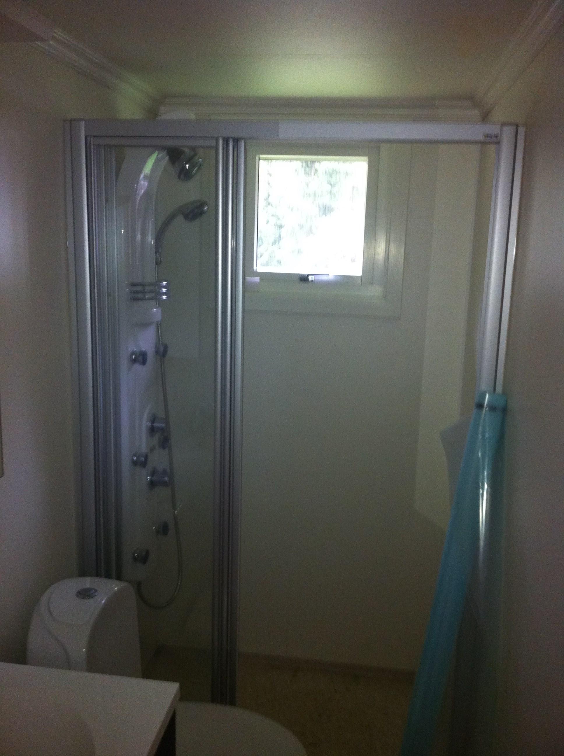 Lite bad med vindu i dusjen   byggebolig