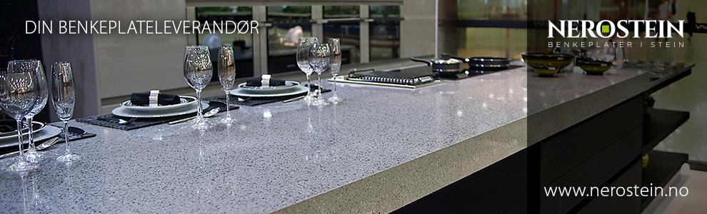 Innspill på farget glass på kjøkken med sort granitt og hvit ...