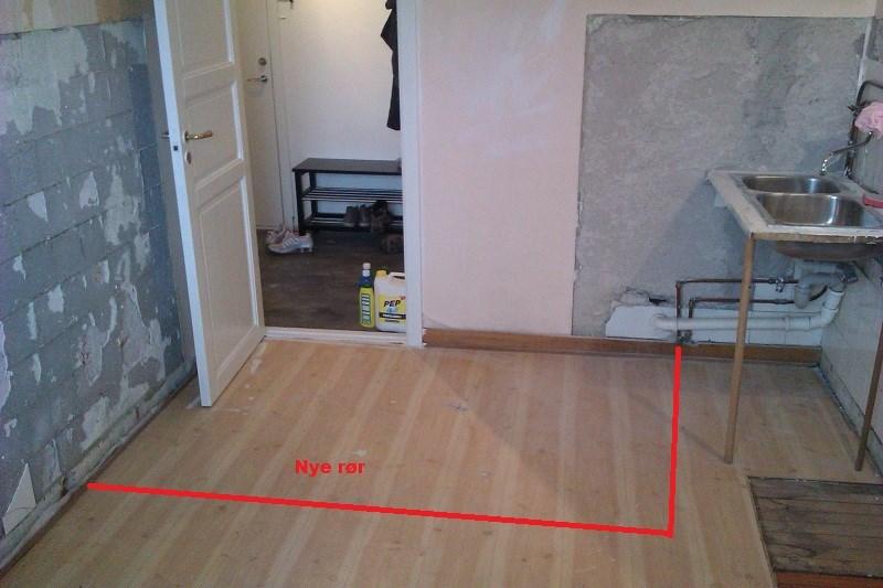Rørlegger på kjøkken   byggebolig.no