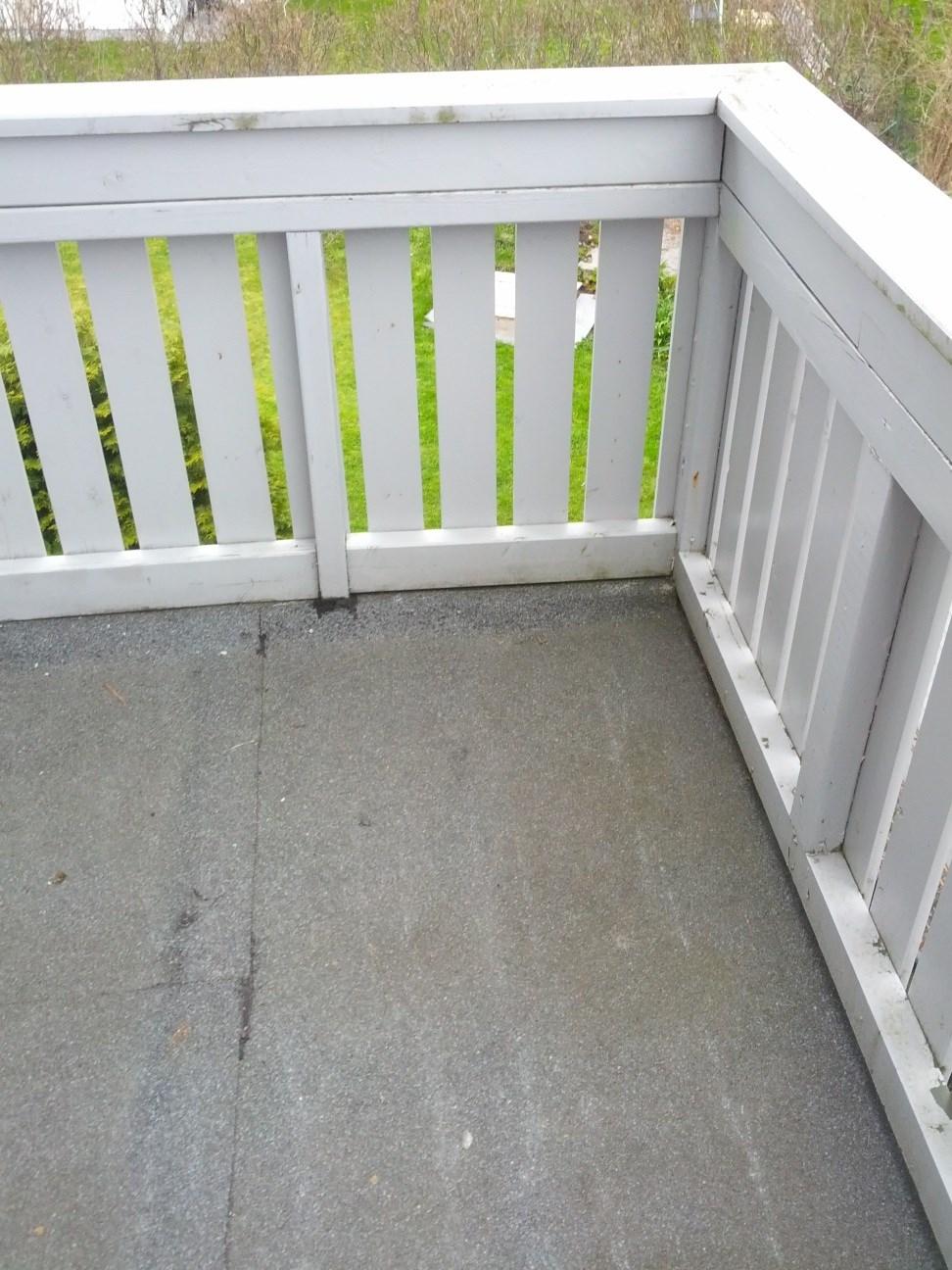 Lekk veranda, over entré til nabo.   byggebolig