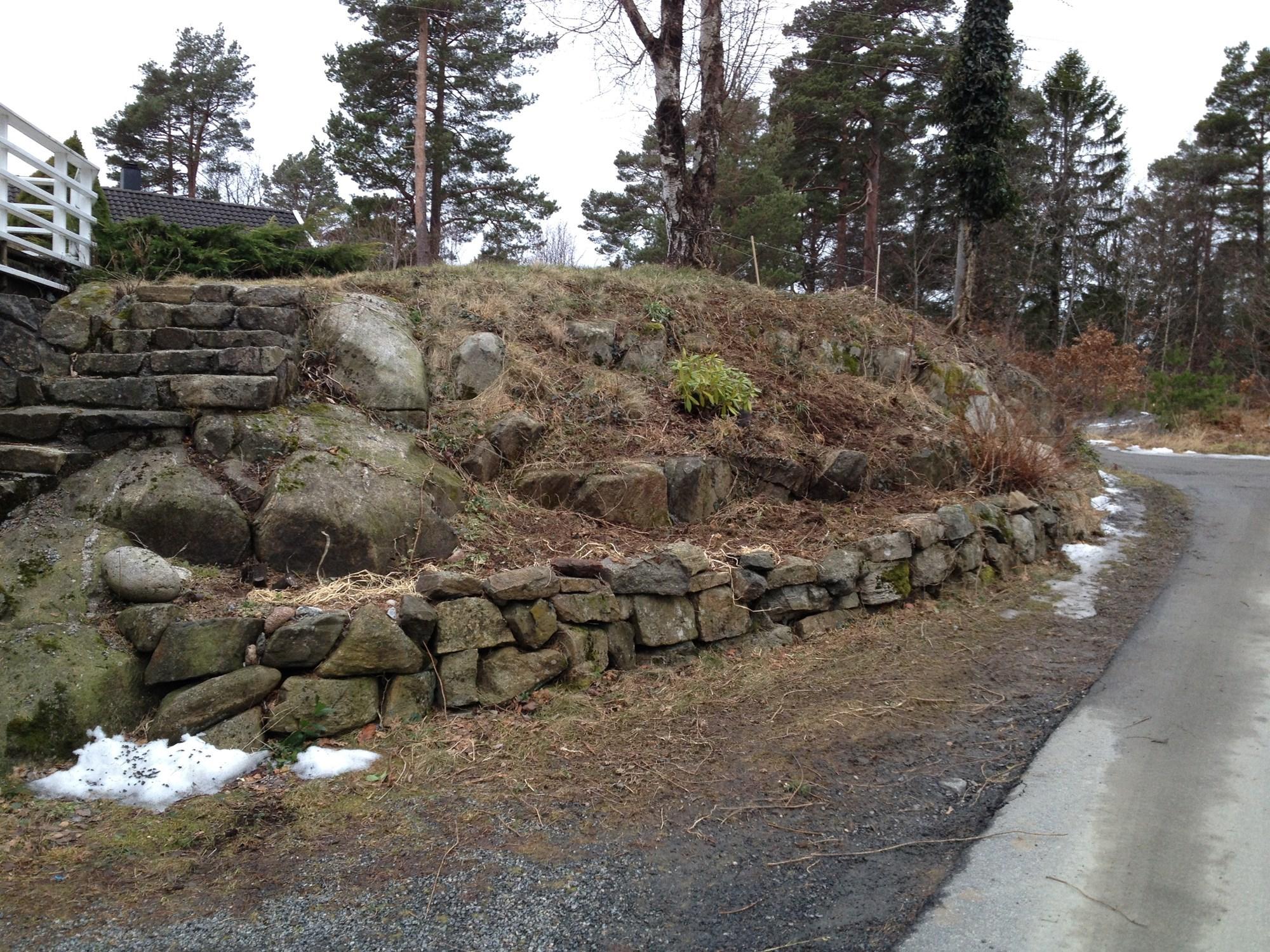 Lage vedlikeholdsfritt stenbed/skr?ning