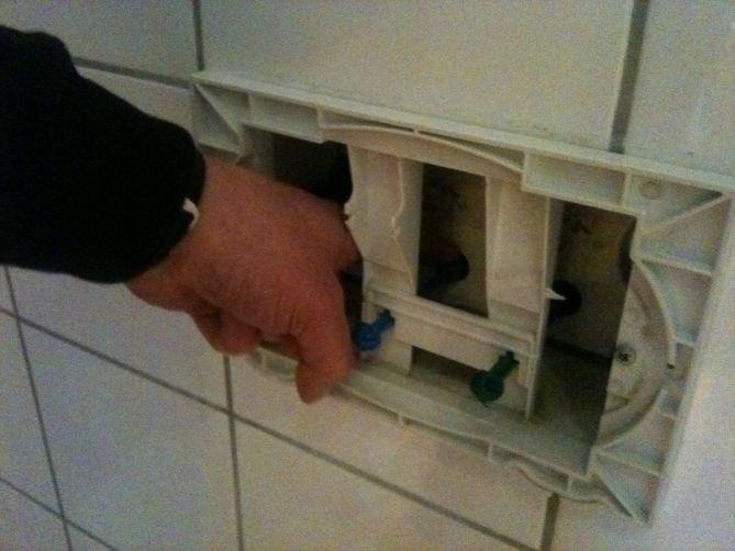 Flunkende nytt jomo vegghengt toalett der vannet renner ...