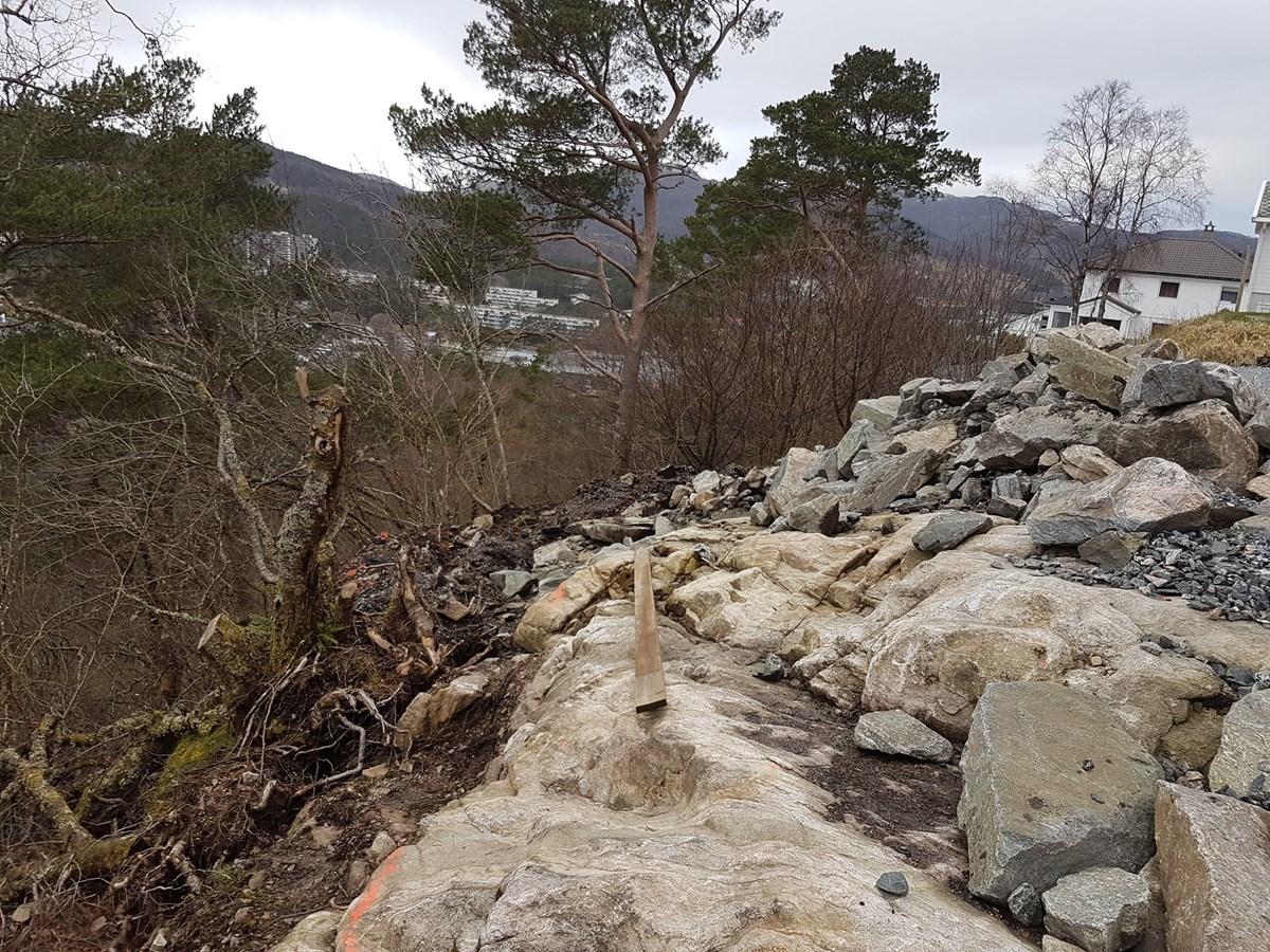 cd60faf24 Lage støttemur med forskaling mot ujevnt fjell. - ByggeBolig