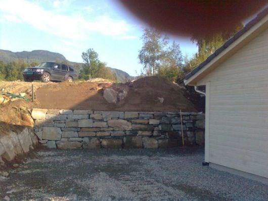0a3c8823e Muring av støttemur i naturstein - ByggeBolig