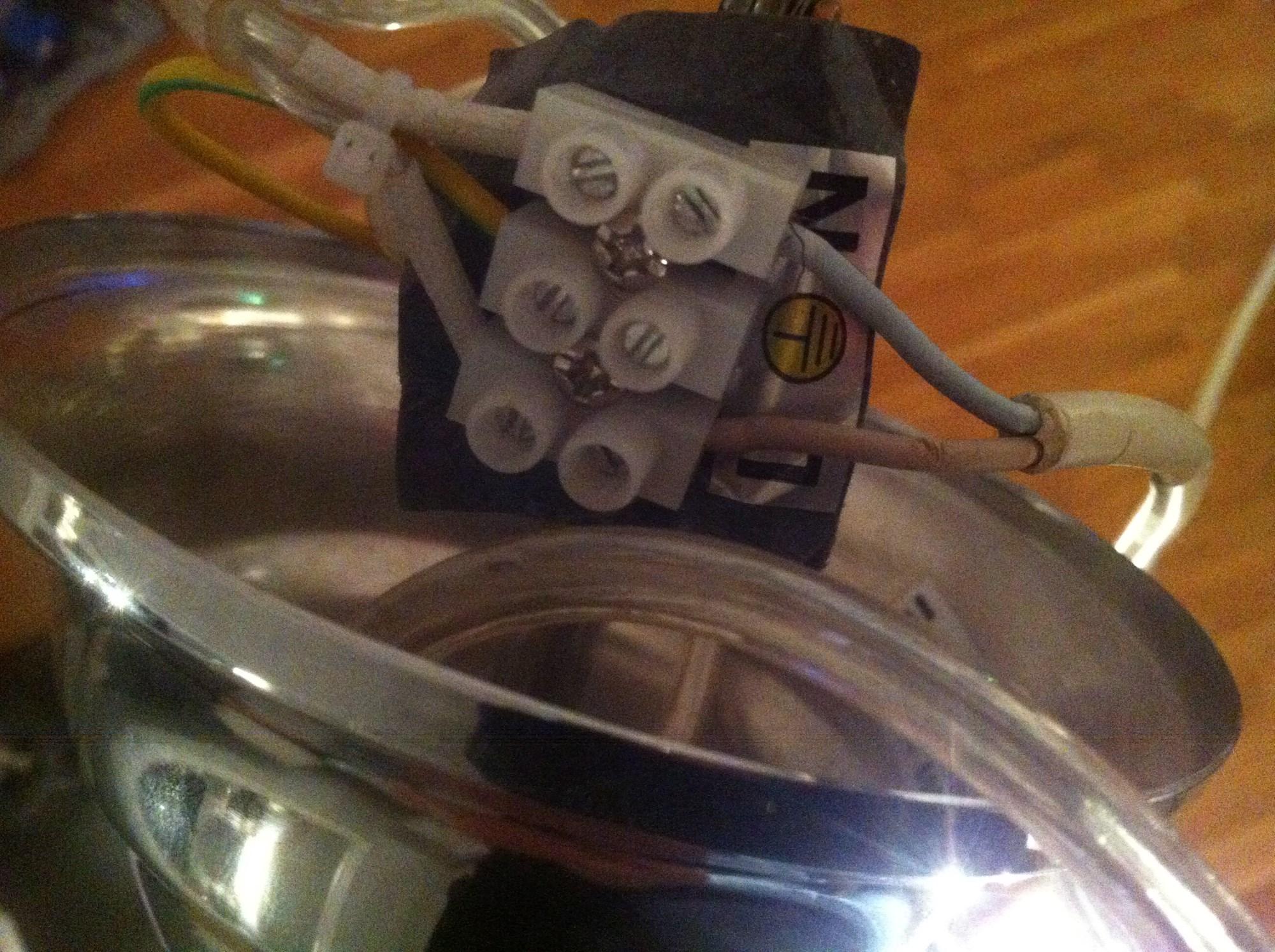Elektriker sa jeg kunne montere taklampe selv..hvordan
