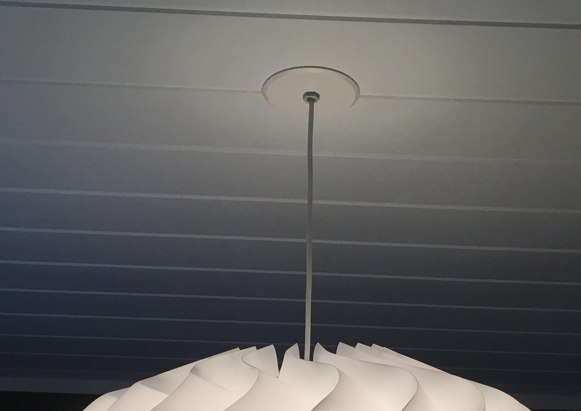 Strømkontakt og henge opp lampe i en høy trappeoppgang
