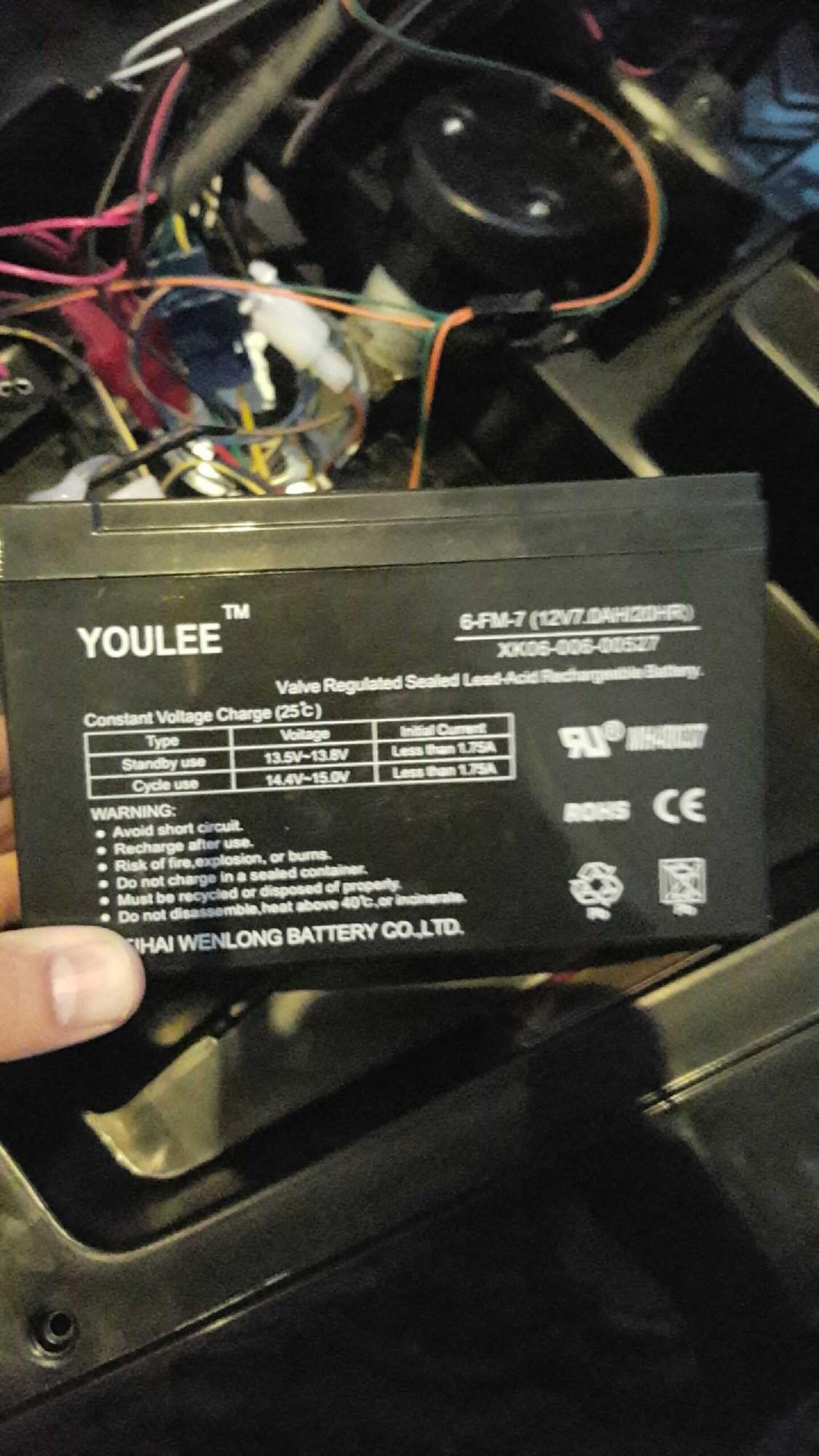 Hvordan lades 12v batteriet i TMS ?